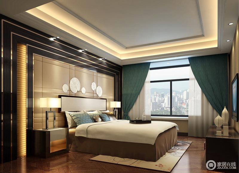 卧室的背景墙以黑檀木与黄铜条来建立结构上的层次与设计感,沉稳之中尽显华丽;驼色的软包与扇子饰品在几何之中包裹着中式元素,对称的床头柜与台灯彰显着现代时尚,正如器物的点缀升华了空间的精致,绿色窗帘带来生机也增添色彩,让卧室温和而静雅。