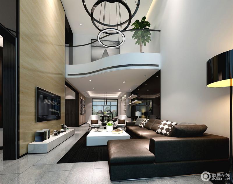 客厅因为层高显得非常的开阔舒朗,墙面与沙发的黑白经典的配色,在极具设计感的大吊灯营造下,透着绅士精英的气质。木色护墙板饰以电视墙,倾泻而下给空间带来自然闲适。