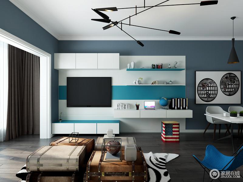 一条巧妙隐藏在电视背景墙内的装饰格板,就是一处完美的读写区。一块贯通的宽格板,又当电视柜又当书桌。