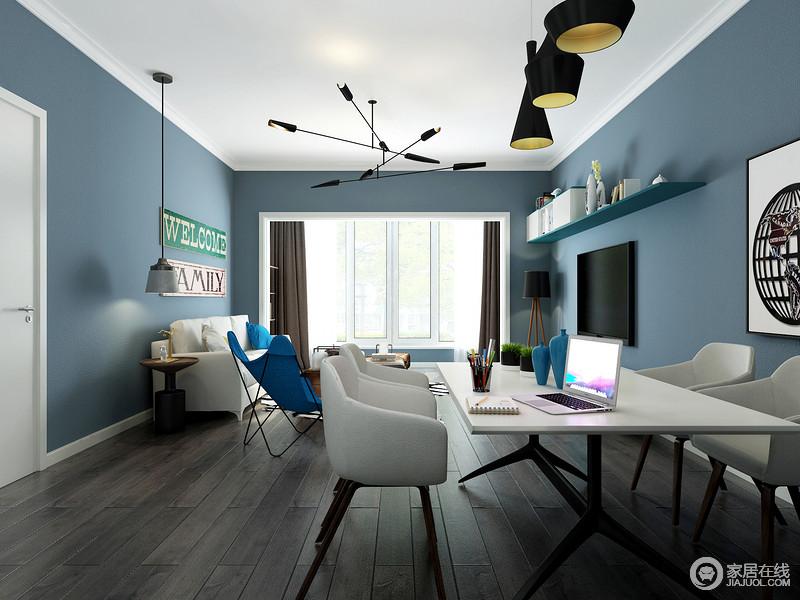 整体感觉以蓝色墙面为主体,白色的家具来点缀,深色的底板让空间变得沉稳大气。