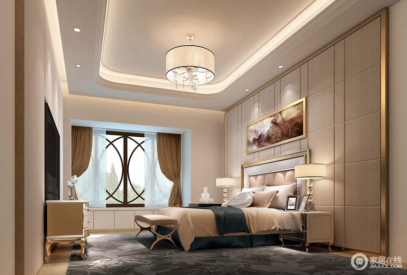 卧室因为下沉式椭圆形吊顶让天花也多了变化,圆形吊顶的简欧设计也带着璀璨让家更为明朗;驼色板材的背景墙因为几何样式多了简单,再加上黄铜框的强化多了几分轻奢,与挂画构成色彩协调;米色和墨绿色布艺搭配出暖奢之调,深灰色花卉地毯反衬出大气;黄铜底座的家居带着古典的印记,米黄色床品的柔软与之组成尊贵。