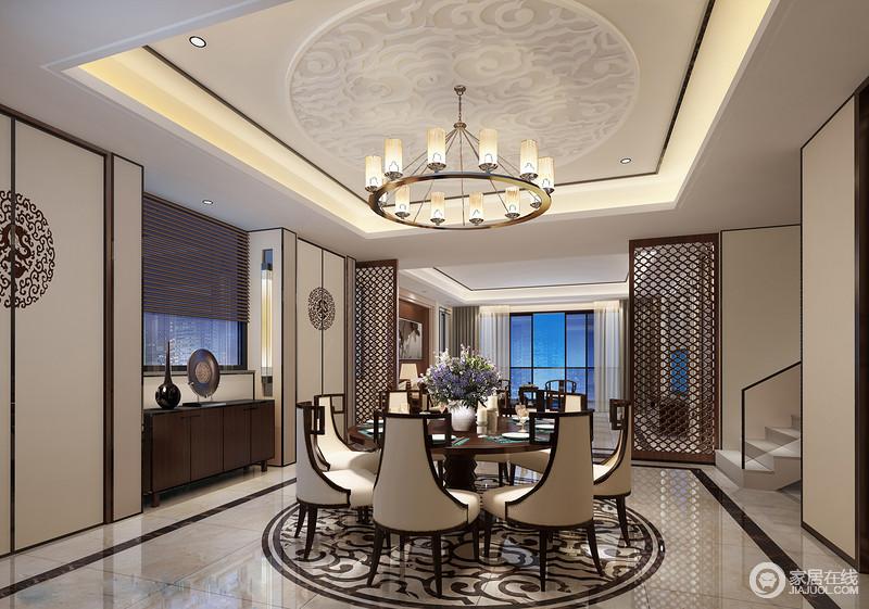 餐厅方形的天花增加了中式石膏图腾寓意方圆之和,并与祥云拼花砖形成应和,演绎上成双成趣;中式窗棂状的屏风解决了开放空间的分区问题,既凸显结构,又不失互动;新中式家具和配饰营造稳重,而铆钉餐椅的古典气息,加重了空间的复古,更有底蕴。