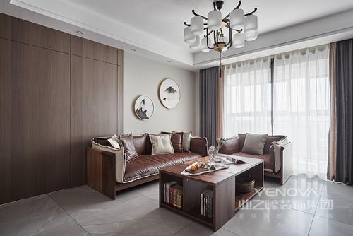 在这个三居室内,设计师以黑白为主色,通过空间划分、功能细分,给与主人一个舒适的三居室;不管是客厅的会客厅,还是书房的收纳,都以不同的设计形式,让空间格外饱满,收纳柜、飘窗等也成为设计的亮点,同时以恰当地比例使用灰色来装饰空间,更营造了一份安谧与沉静。