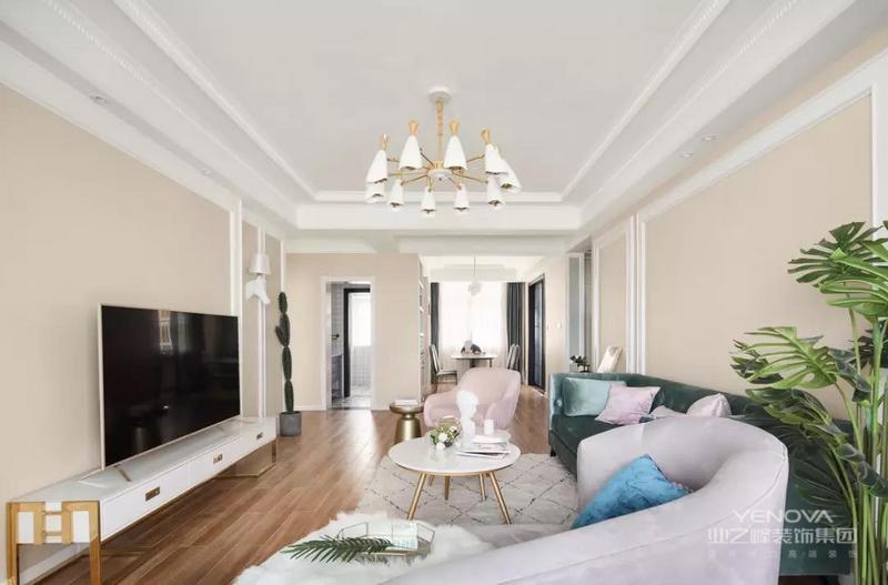 今天分享的是一套建筑面积129平的美式风三居室,整体给人简洁而又温馨的感觉,设计师以浅杏色为主色,搭配白色的门框和石膏线,在看似简洁的基础上,又加入了一些优雅、精致的软装点缀,给人高档、大方的感觉。