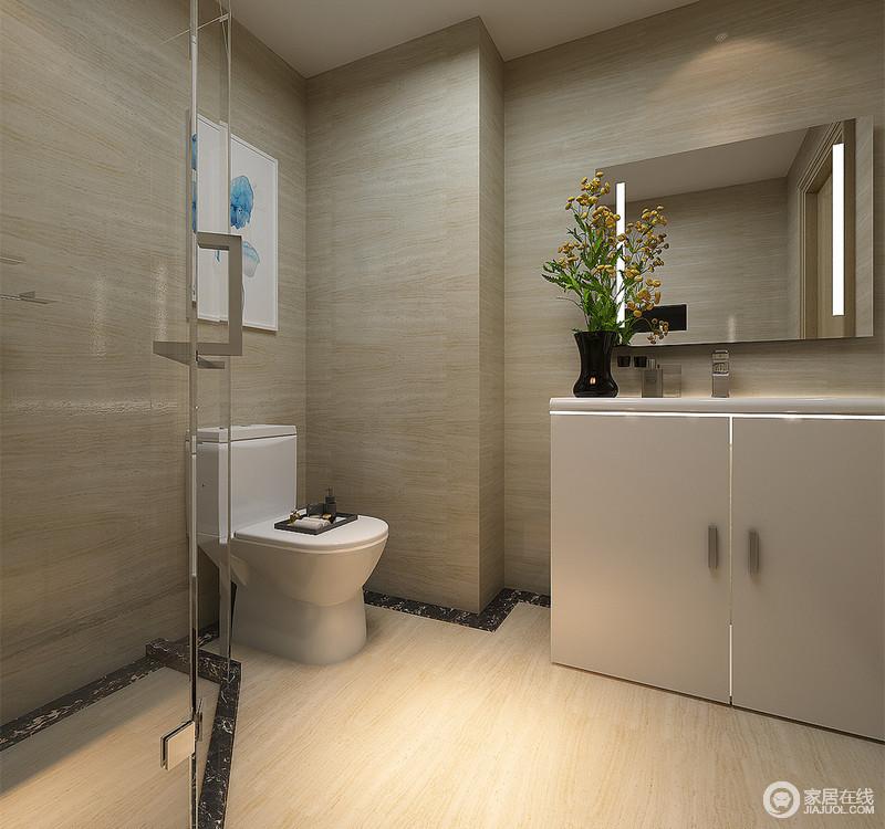 卫生间的布置极其的干脆利落,米黄大理石透着简洁质感。银灰色的盥洗橱柜与瓶插花束、画作则平衡了空间的单调,勾勒出空间的悠然活力。