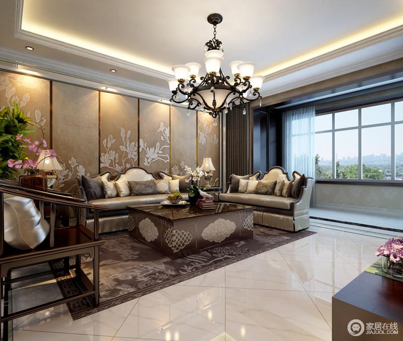 客厅利用褐黄色中式屏风和镶铜茶几、实木太师椅来表达传统中式的古气古韵,与新古典奢华般的餐椅承接着复古的格调;曲线感的欧式吊灯升华了空间氛围,令整体设计愈显大气。