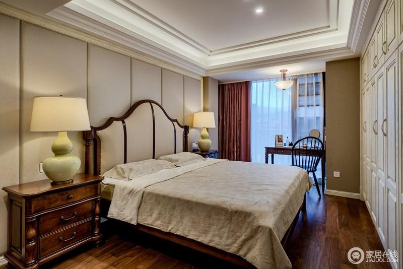 卧室干净整洁,驼色的软包背景墙搭配吊顶的几何设计,无不突出空间的几何美学;淡雅的床品,柔软地舒适触感,也因为美式家具让家更温暖。