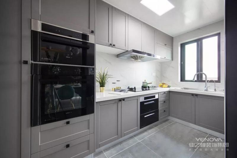 这是一套北欧风格的装修案例,设计师为没有生命的家具墙体,赋予属于屋主独一无二的个人情怀,让这些有情感寄托的小物件,一起见证这个家的成长。希望这套装修案例能给准备装修的大家带来一些灵感。
