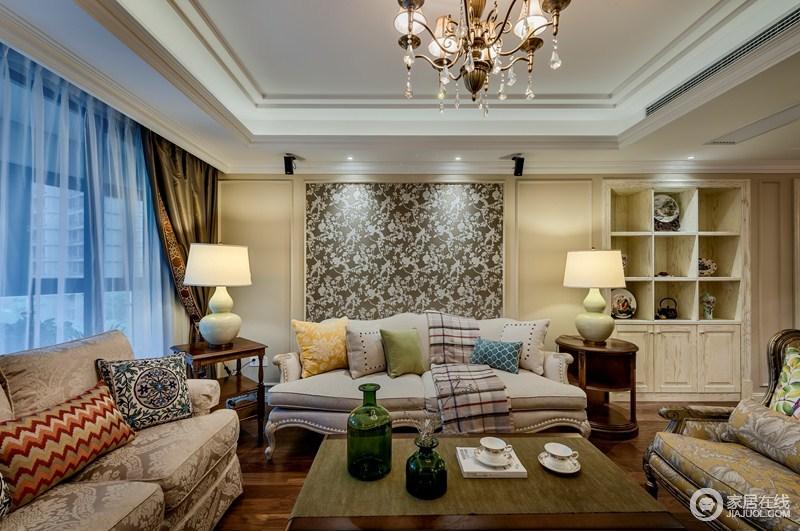 客厅沙发背景墙、沙发椅和抱枕都选择了花朵元素,以及同样素雅的色彩,都让中式与美式在此处完美相融。