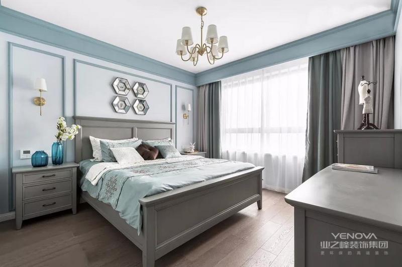 美式风格,追求华丽、高雅的古典风格。居室色彩主调为白色。家具为古典弯腿式,家具、门、窗漆成白色。擅用各种花饰、丰富的木线变化、富丽的窗帘帷幄是西式传统室内装饰的固定模式,空间环境多表现出华美、富丽、浪漫的气氛。