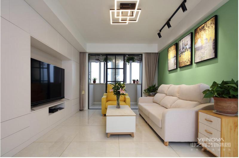 没有复杂的造型,在软装的配饰上,以橘色和绿色为点缀色彩,让空间活泼灵动。
