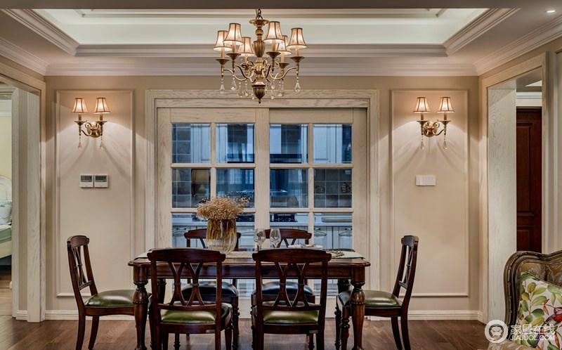 餐厅米色的墙面以米色为主,搭配白色格栅门形成一种色彩的和谐,而对称的金属壁灯为整个空间带来明快,同时,与吊灯都成呼应,让空间轻奢了不少。