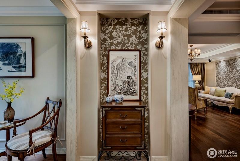 玄关和客厅穿插了中式元素,时而蜻蜓点水,时而泼墨渲染,巧妙的在对比中寻求到了平衡感,胡桃木的边柜,因为壁灯,让整个玄关雅致不减。