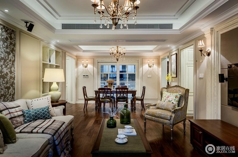 餐厅与厨房用玻璃门隔开,既隔绝了厨房的油烟,也可照顾到视觉的延伸感;美式实木家具的质感显现出来,而米色背景墙的反衬,让空间更为稳重。