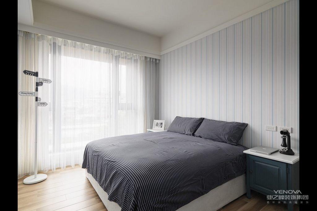 现代空间,并不是简单地将现代元素融入到空间,而是结合了现代古典的灯饰与家具,让整个空间规整之余多了贵气;色调上也在沉稳的基础上,穿插运用蓝色、粉色和其他色彩,以多彩的设计,给主人一个不一样的现代空间;当然了,整体设计并没有在功能上做简化,而是足够让你生活得温馨与精致。