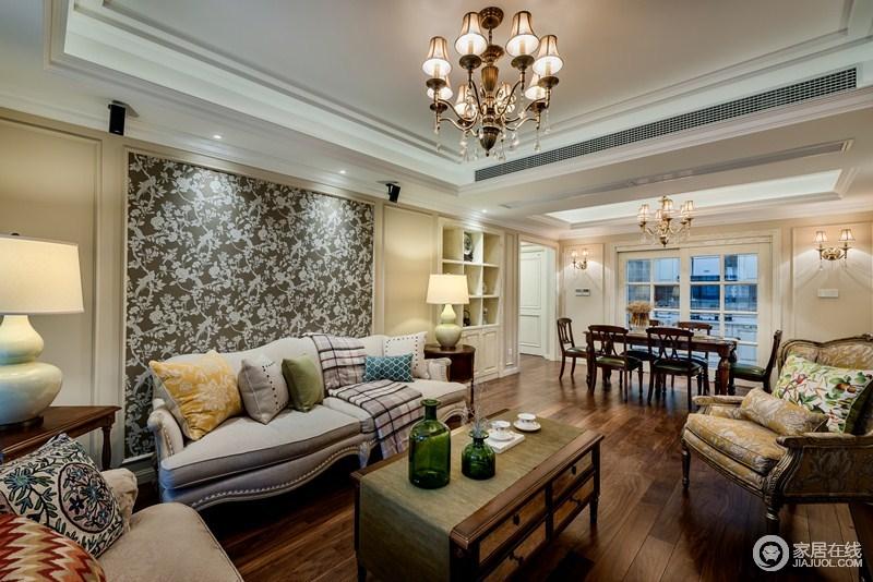 客厅的背景墙以灰底白花为主,意在突出空间的对比,美式沙发因为靠垫和茶几上的瓶器组合,让空间生出色彩来。