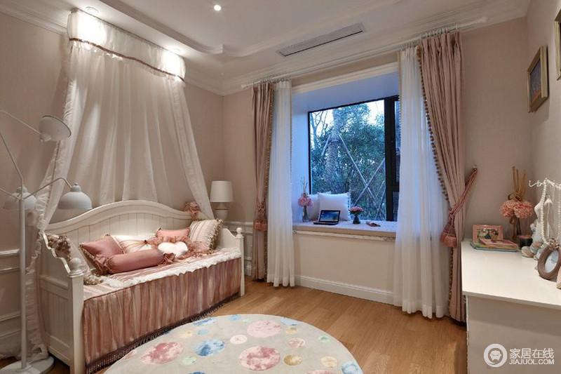 次卧室布置的非常有少女心,粉红的窗帘和床单被套,一看就是可爱的小公主卧室。