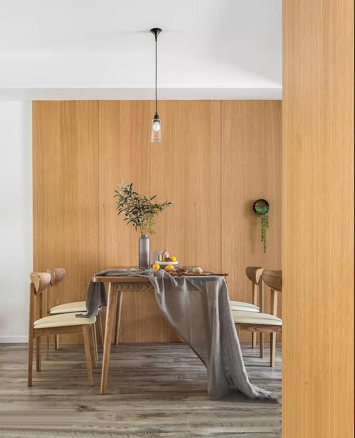 餐厅被大面积的木饰面围绕,配以绿植,自然又清新。