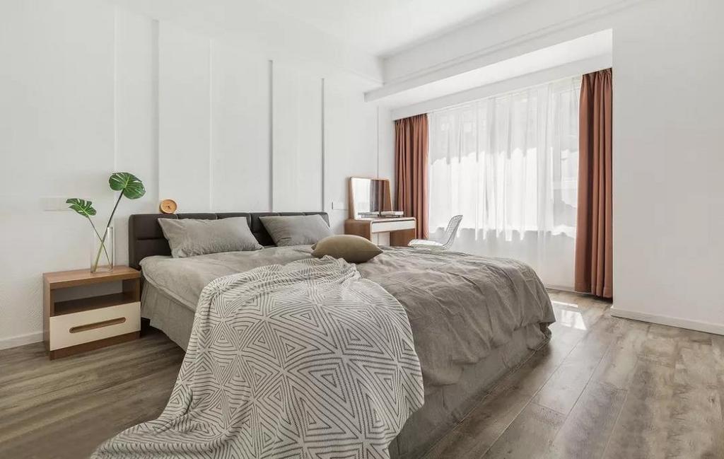 主卧白色墙面配以黑色皮质床靠背,简洁明了。