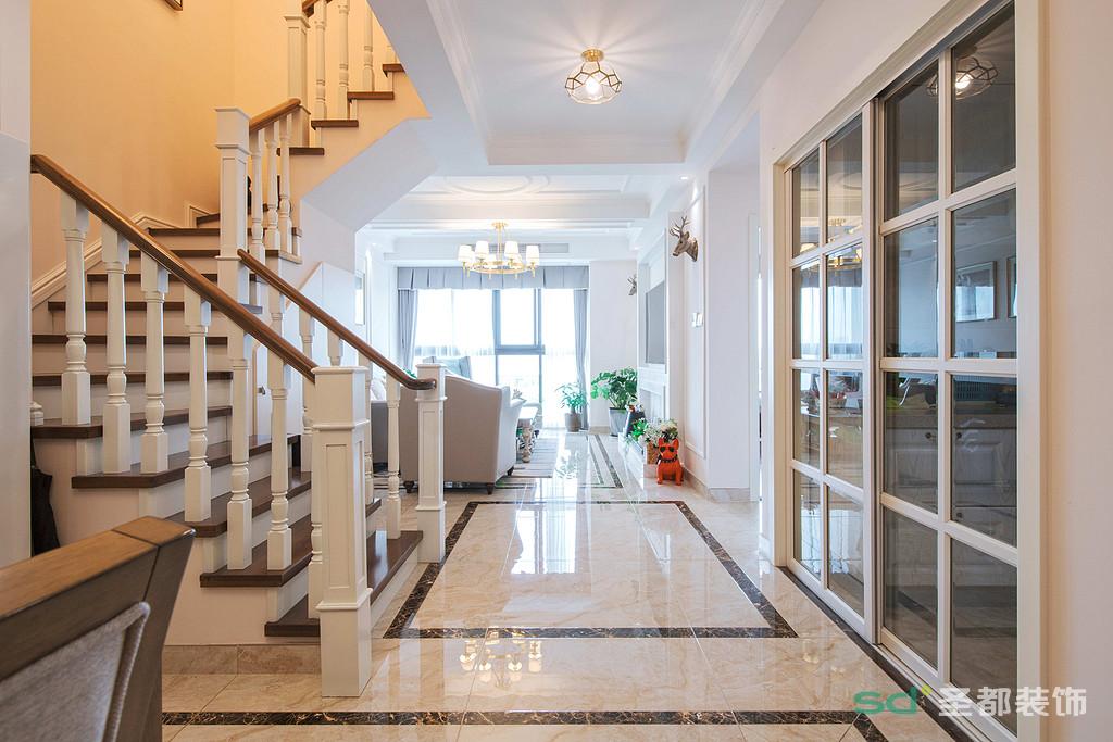 楼梯的定位非常重要,在风格明确后将楼梯留在中间,这样灵活了空间的动线,一楼能很方便的就走楼梯上二楼,同时还给了空间格局感。