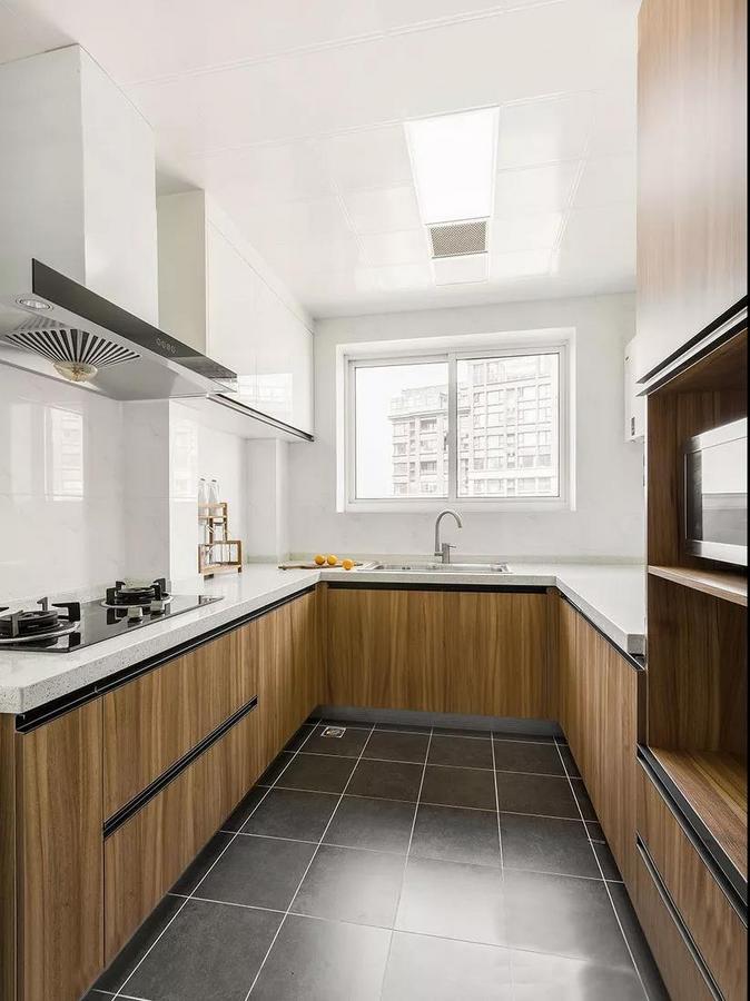 厨房木色的橱柜柔和朴实,选择了U型设计,扩大了操作空间,使厨房空间得到最大化的利用。