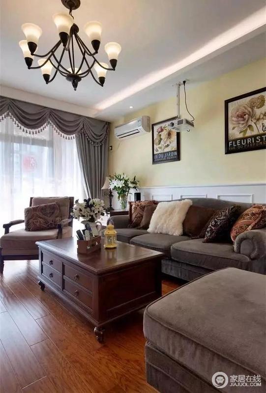 沙发墙上半墙面刷了黄色乳胶漆,下半墙面安装了护墙板。墙上还挂有黑边的装饰画,整个客厅显得格外的优雅精致。