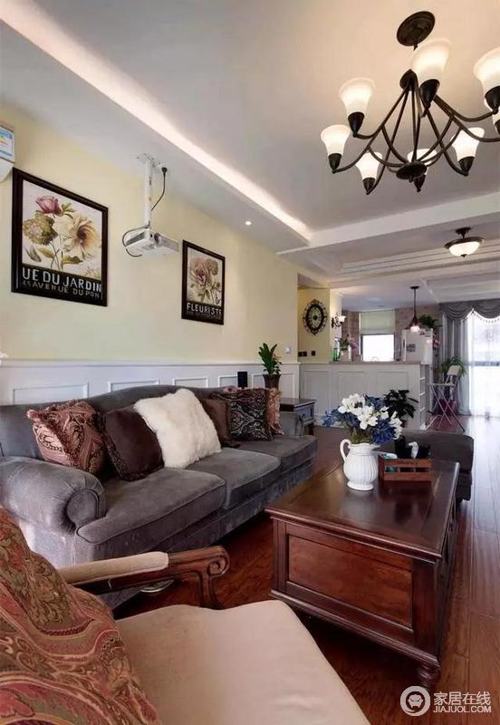 实木质感的茶几,上面摆上一套简致的茶具摆饰,搭配灰色的现代美式布艺沙发,显得舒适又简约大方。