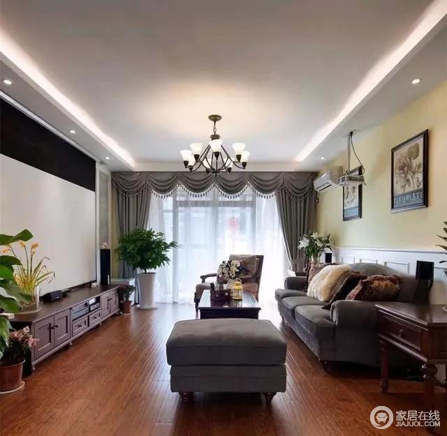 客厅没有安装吊顶,所以即使层高不高,也不会让人产生压抑感。