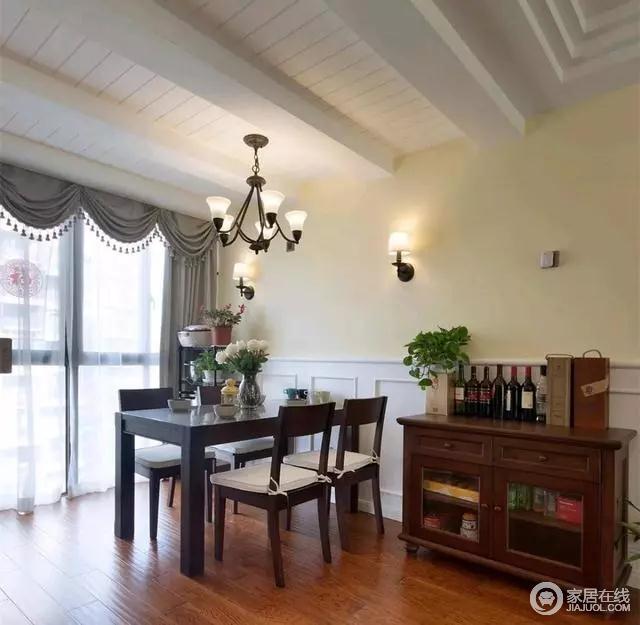 餐厅的吊顶设计较独特,桑拿板+假梁的搭配看着有种民宿的感觉,实木的餐桌椅并在靠墙位置摆一张酒柜,简单好看。