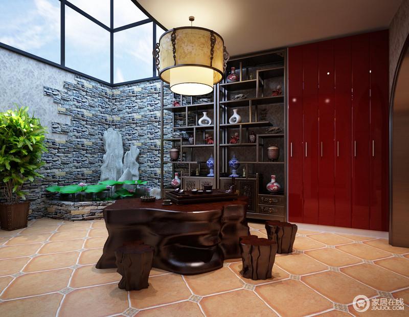 茶室设置的阁楼上抬头便能望见湛蓝的天空,与仿古砖堆砌而成的绿植区形成一个室内田园的风景,让树桩制成的中式茶台多了份清新感;朱红色的收纳柜与实木古董展柜形成鲜明对比,古旧与摩登并举。
