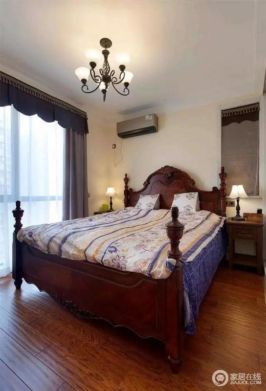 主卧布置得大气稳重,深木色地板+红色美式床,结合深灰色的厚重窗帘,看着很上档次。