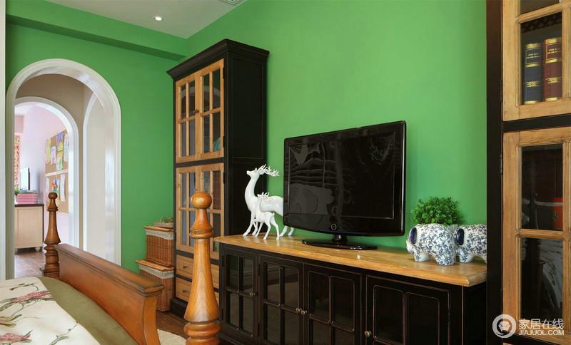 电视柜以及绿色背景墙,给人大自然的清新,绿油油的氛围,无疑给人一种宁适;实木家具的考究和实用,搭配动物饰品,不失小趣味。