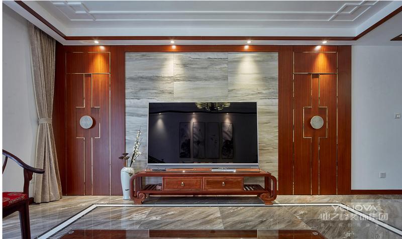 背景墙采用实木墙板结合不锈钢线条搭配抽象山水图案的瓷砖