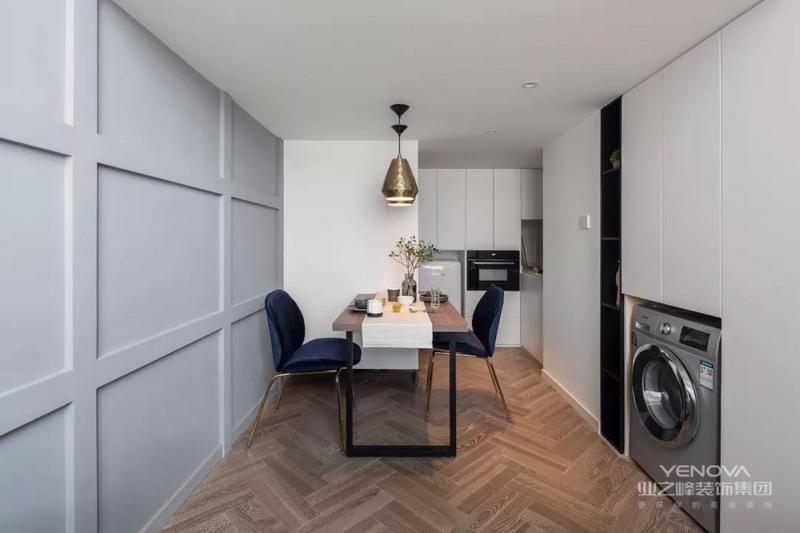 今天分享的是一套一层建筑面积45平的小户型loft单身公寓案例,房子是长条型的,长为6米、宽为2.9米、挑高为4.6米,可以说是非常迷你了~但屋主在设计上也花了很多的心思,把这个小窝变成一个简约而又精致的样子