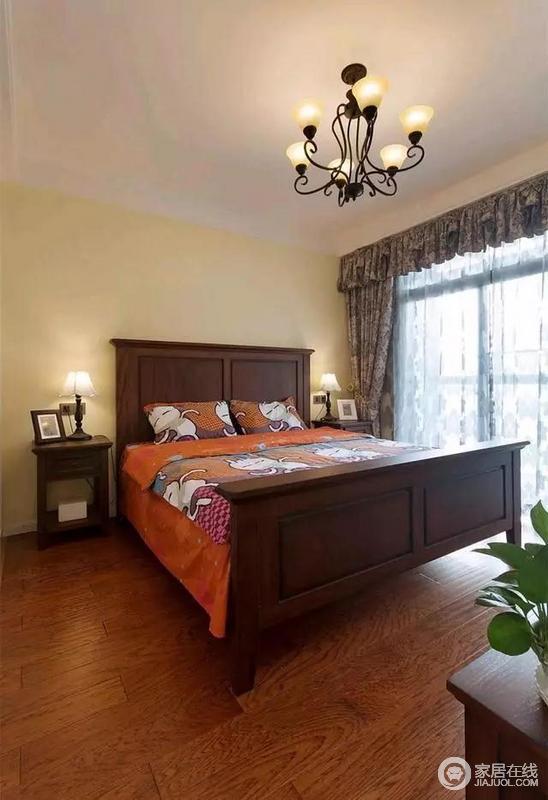 次卧的色调也是以木色为主,但比主卧的要淡,整体感更加轻松舒适。床上四件套印有橘黄色的兔斯基表情图案,显得格外的活泼大气。