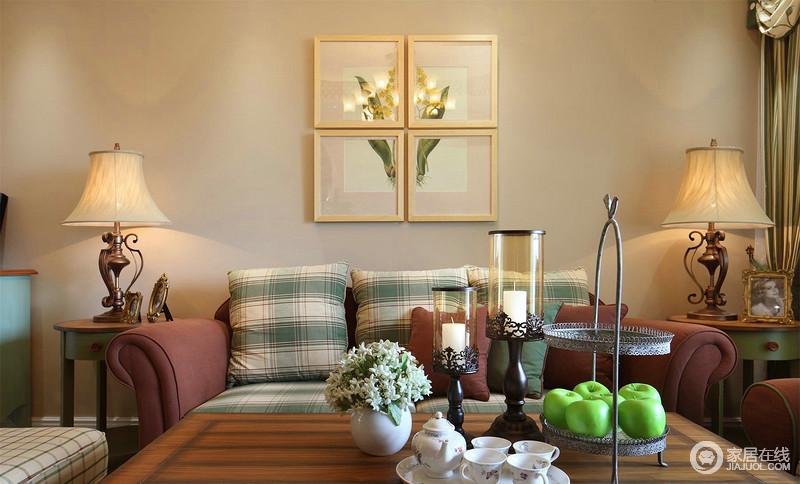 客厅以米色漆粉刷墙面,并因为花卉组合挂画多了田园清雅,茶几上的摆件,复古烛台和水果盘特别具有设计感,而紫红色沙发上绿色格纹靠垫,带来清爽和色彩感,十分和谐轻快。