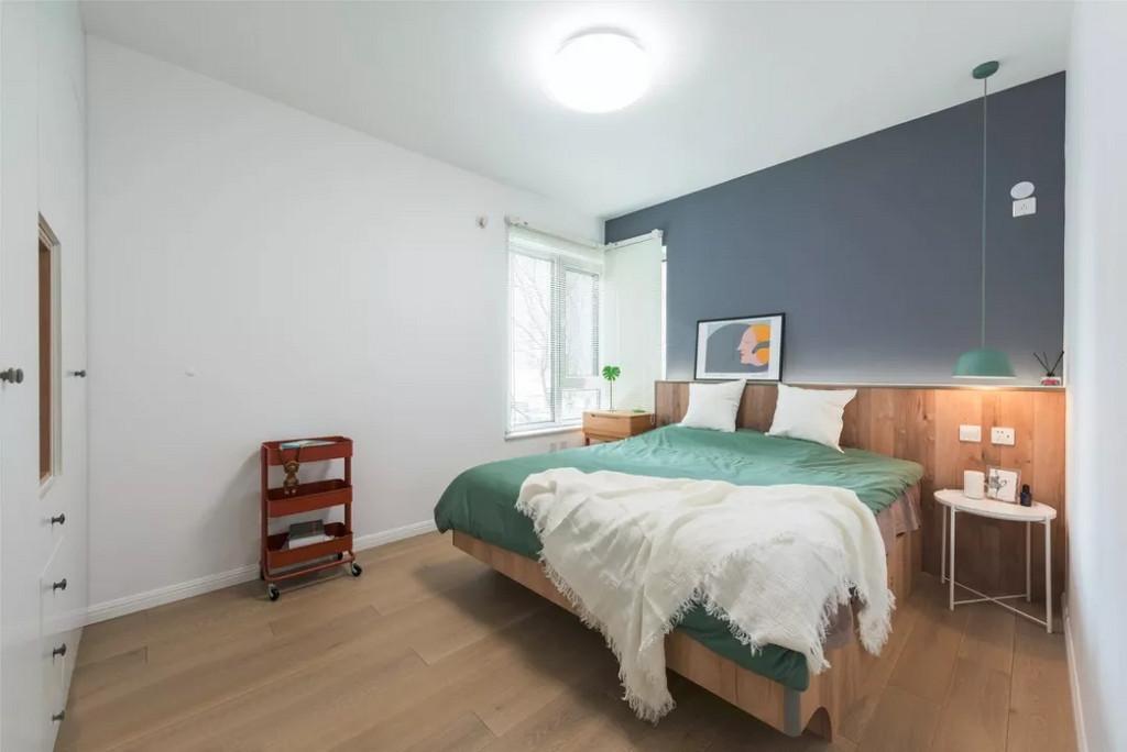 主卧,整体空间的恬静感营造的很成功,灰度很高的湛蓝色的背景墙有一丝神秘感,搭配原木家具又让人感觉暖暖的,不需要太多装饰。