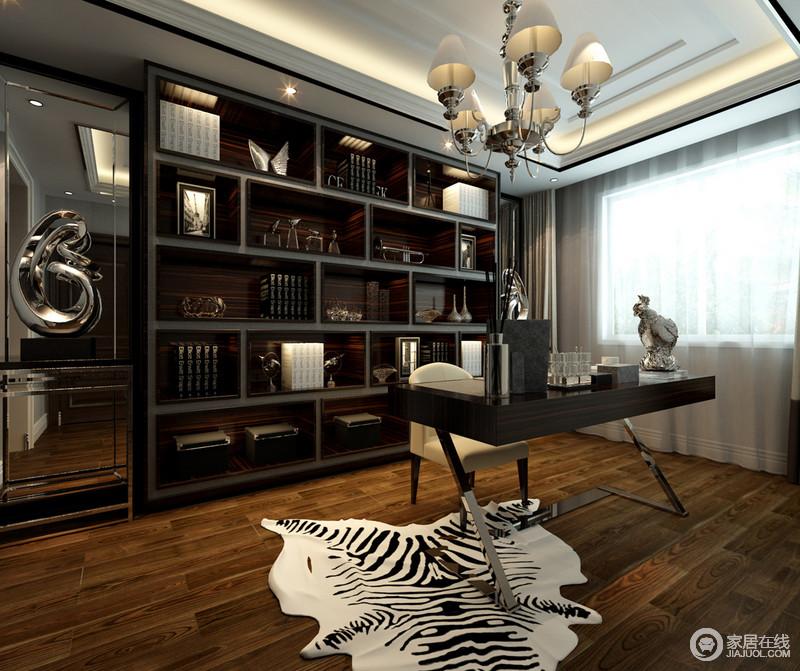 胡桃木地板自然的肌理造就着空间的自然感,黑檀木收纳柜的庄重和深沉的色调让空间的书香厚韵犹生;欧式吊灯和金属书桌的光泽度形成呼应,黑白动物地毯恰当的点缀令空间的层次和色彩生发出摩登。