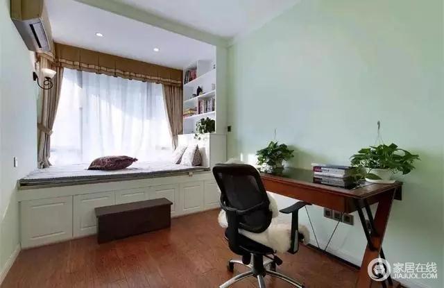 书房整个空间以薄荷绿的基调,显得格外的清新舒适;窗边安装了大大的榻榻米组合柜,不仅可以作为休闲看书的空间,还能充满小卧床,功能多多十分实用。