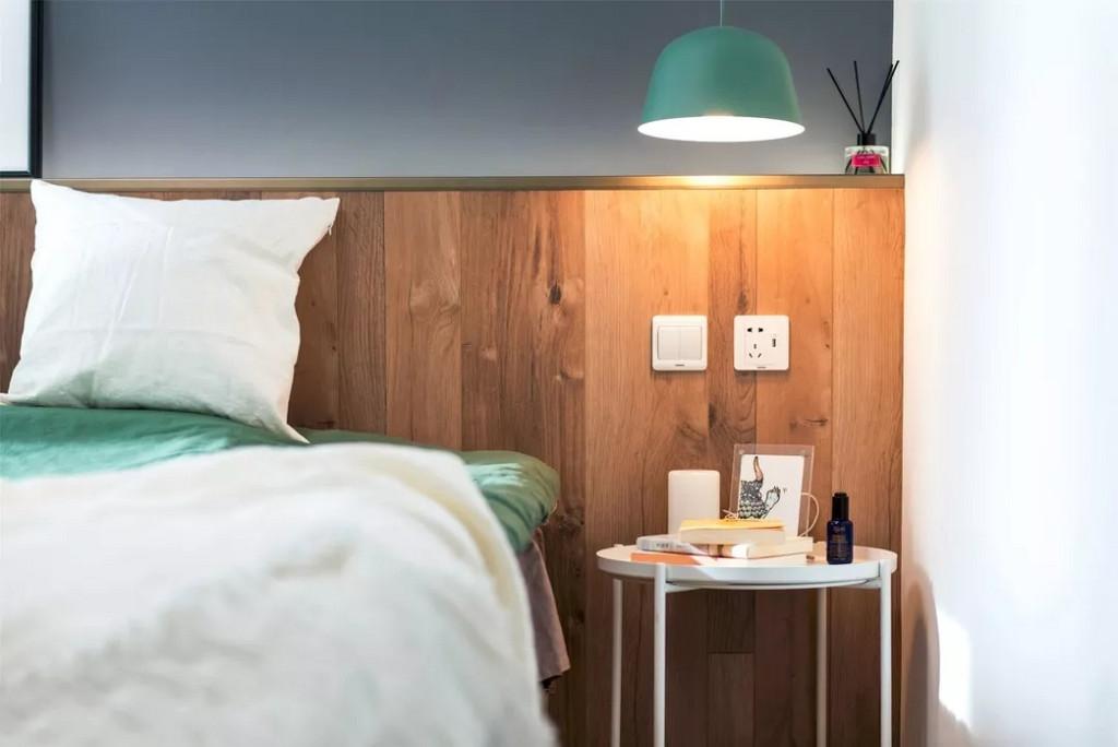 另一边没有选择对称的床头柜,而是简单的放一个小圆桌。吊灯选择了薄荷绿的色调,带来一抹清新。