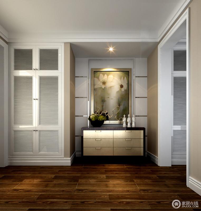 衣帽间利用原木地板来增强空间的温馨感,金属与实木联合打造得边柜化解了空间的结构,多了份凹凸感的同时添加着生活情调;百叶门的设计令衣柜更显轻盈,也兼具着实用性。