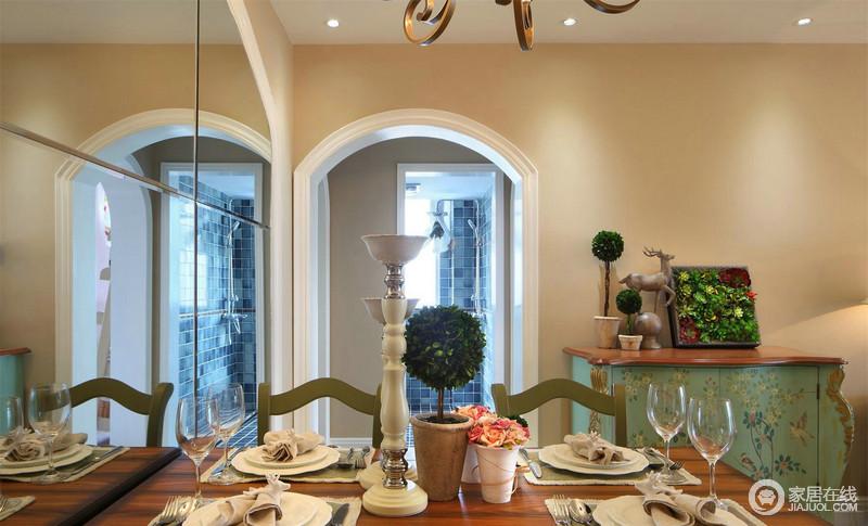 餐厅的拱形门与米色漆构成温和,为空间升温,并增加了结构艺术;设计师也巧妙地将绿色实木餐桌放置在一侧,与绿色实木餐椅构成应和,让生活轻松却富有格调。
