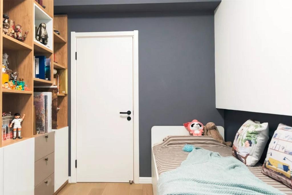 次卧采用和主卧色调一致的墙漆,可坐可卧的折叠床,可以在有客来访的时候小憩一下。