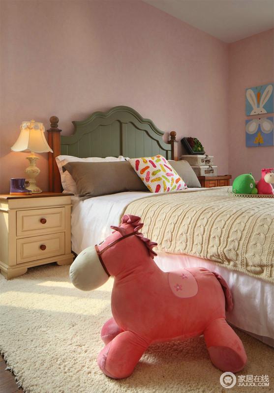 儿童房的设计总是特别的缤纷,让人忍不住沉浸入五彩的童话之中,粉红色的小马和背景色一气呵成,甜美极了;黄色的被褥和床头柜与绿色的床头让空间色彩绚丽,也温馨十足。