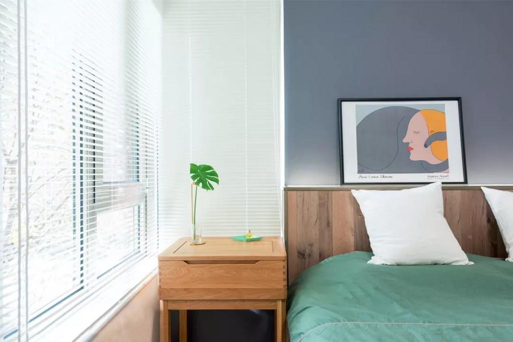 一棵绿植不偏不倚的放在床头,简单又有情调。
