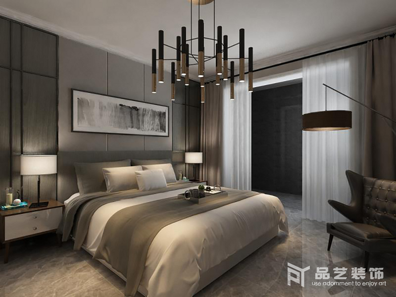 卧室色调暗沉,设计师选择大量的灰色和中性色来装饰空间,让生活多了份素静;黄铜管式设计得吊灯具有工业气息,搭配落地灯和家具,让空间充斥着温馨。