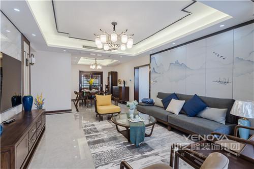 客厅的背景墙以淡蓝云墨的方式演绎了屏风的设计,却让整个沙发背景墙充满了东方雅意;新中式实木家具质地精良,让坐落也是一种享受;深灰色与淡黄沙发布面的搭配,更是时尚。