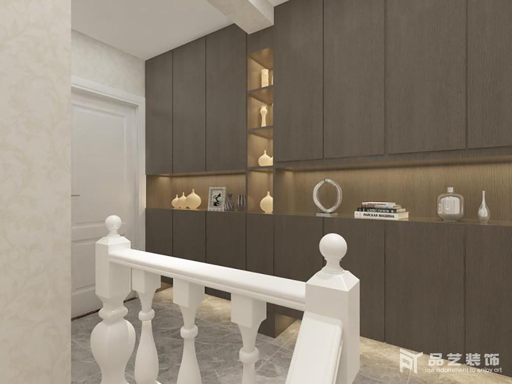 走廊直接定制了胡桃木儲物柜,聯排設計讓整個空間頗具實用性,的確解決了主人的擔憂;樓梯頗具復古設計的造型,與空間內的一器一物都構成生活的美學積淀。