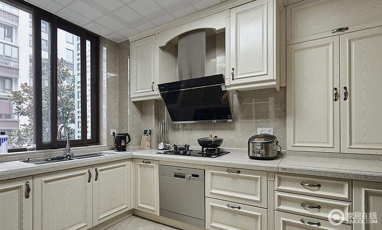 厨房不大,但是被设计师安排的井井有条;米白色的整体橱柜清新淡雅,搭配着米黄色的大理石墙砖和地面,让整个空间有着素简平和的情调。
