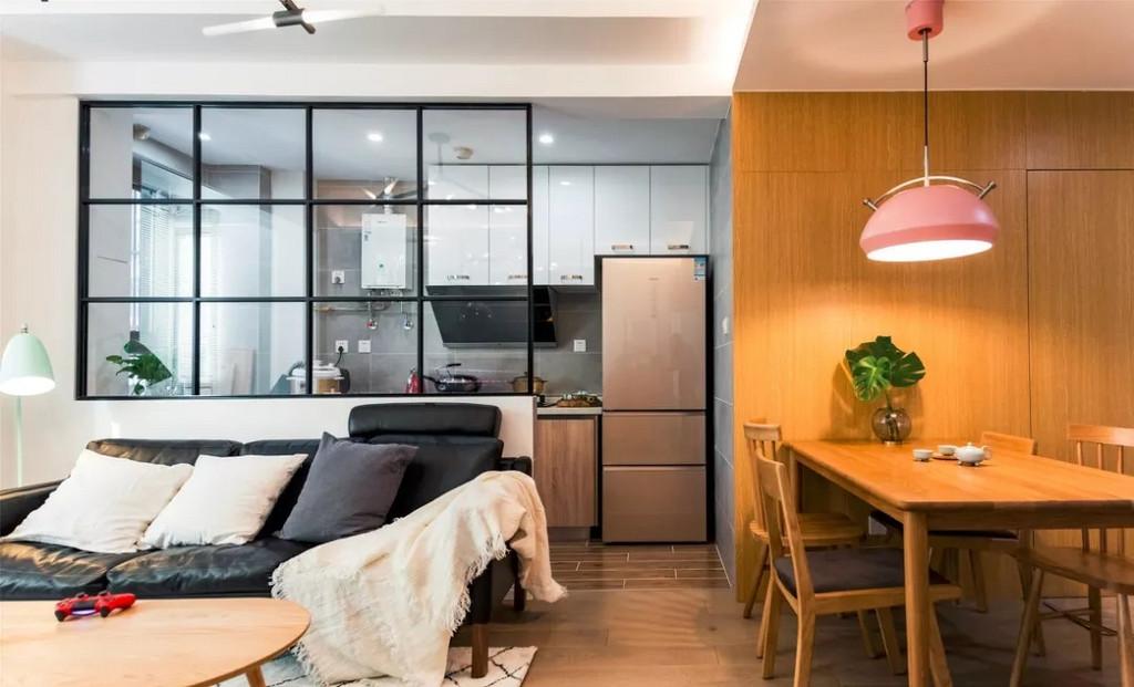 客餐厅明亮通透,厨房也不会觉得狭窄,玻璃隔断的设计让视觉感翻倍。